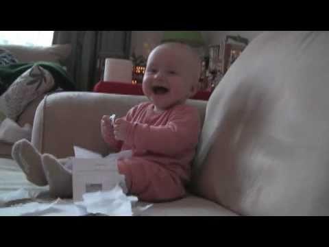 Bebé riendo histéricamente en Papel Ripping (original)